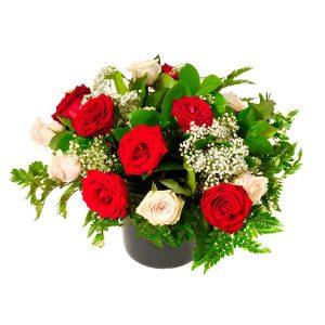 Canasta rosas blancas rojas